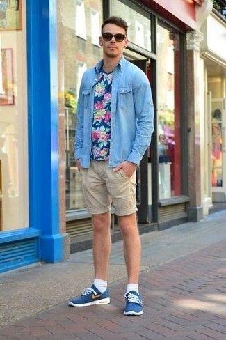 738103d5d Look de moda: Tenis azules, Pantalones cortos en beige, Camiseta con ...