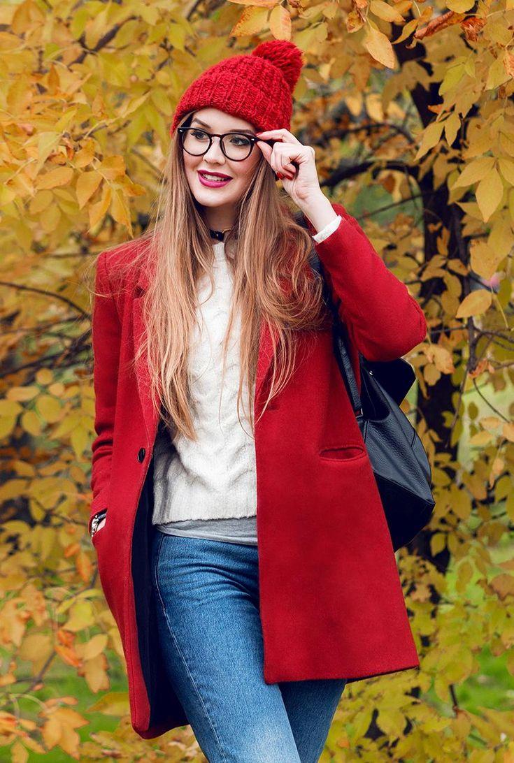 Conjunto abrigo rojo, camiseta gris, jersey blanco, pantalones tejanos azules, gorro rojo y mochila negra #misconjuntos #conjuntomoda #modafemenina #modamujer #modainvierno #fashion #style #looks #abrigorojo