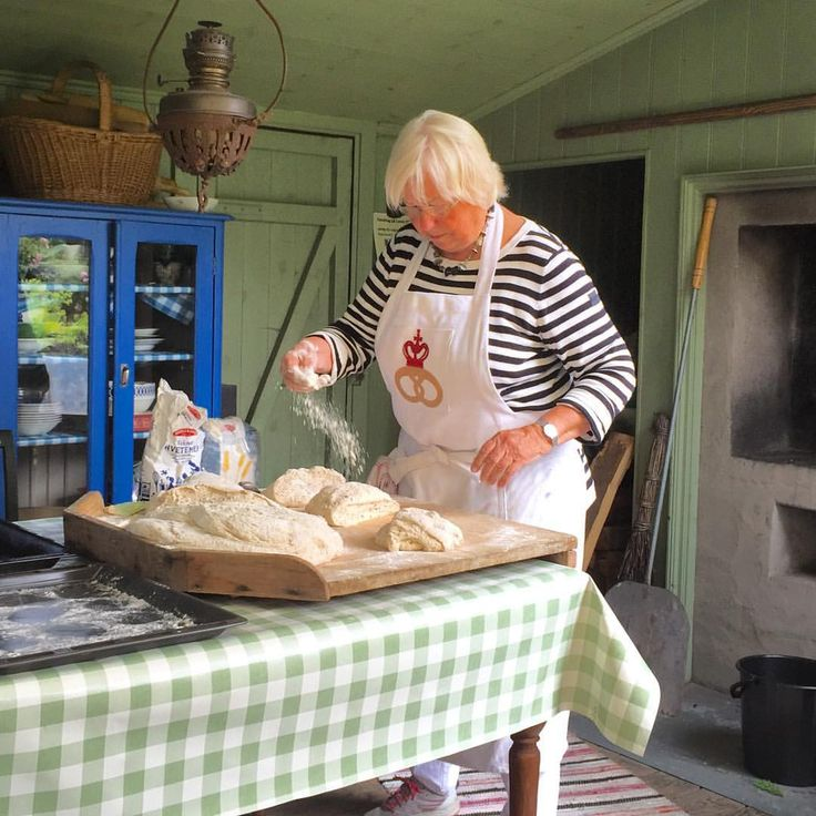 Hard work making #bread and kneading 24 doughs #baking #brød #fireheated #oven #bakerovn #tradition #tradisjonsmat #heritage #kulturvern #ovn #nrkmat