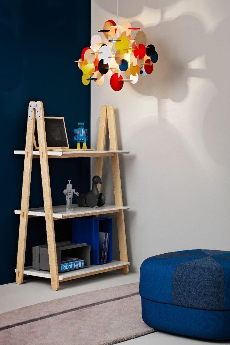 Normann Copenhagen har skabt denne smukke reol One Step Up, designet af Francis Cayouette. Brug One Step Up til opbevaring eller som rumdeler. Skab dit eget reolsystem ved at sætte flere reoler sammen.