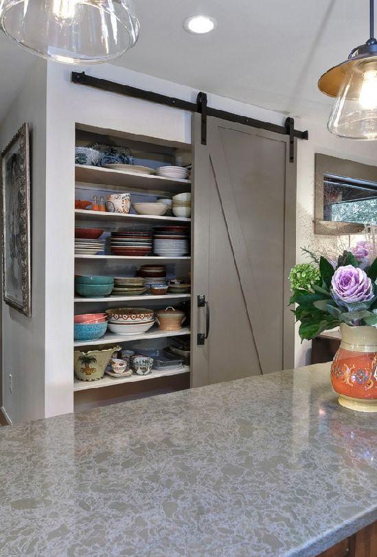 Un garde-manger et/ou espace de rangement dissimulé derrière une porte de grange: facile d'exécution, spacieux et très design.