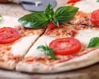 Pizza sauce tomate, mozzarella, chèvre et basilic façon margherita : http://www.fourchette-et-bikini.fr/recettes/recettes-minceur/pizza-sauce-tomate-mozzarella-chevre-et-basilic-facon-margherita.html