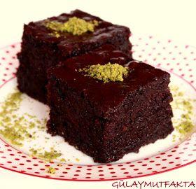 Daha önce bir çok tarifte ev halkı tarafından kakaolu yada çikolatalı tatların sevilmediğini yazmıştım. Ama bu kek için bunu söyleyemeceği...