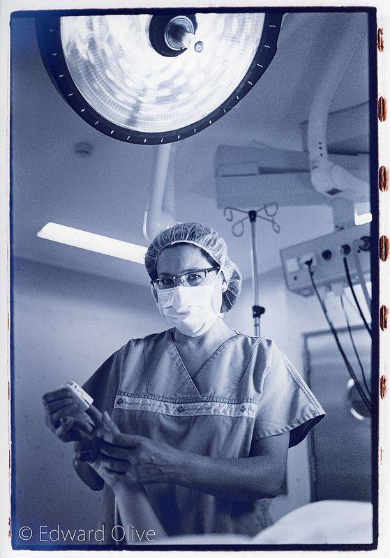 Nurse in operating room © Edward Olive estudio fotografico de retratos corporativos