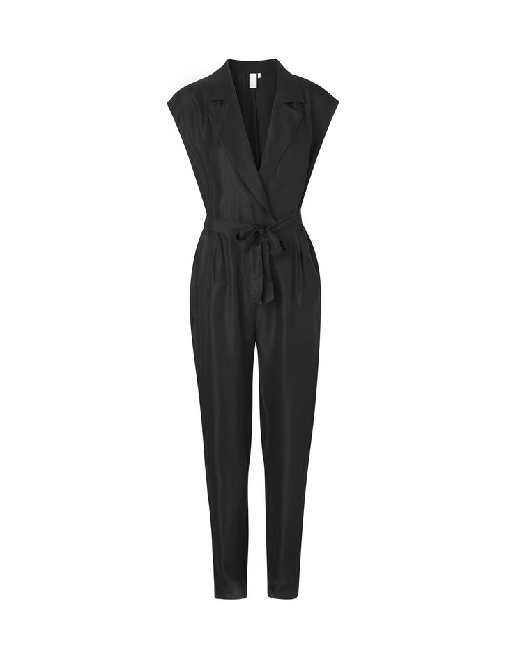 Naya Nikole is a jumpsuit with a classic and trendy cut.