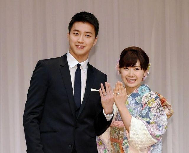 結婚指輪を披露する福原愛と夫の江宏傑(左)=東京・赤坂のANAインターコンチネンタルホテル東京(撮影・堀内翔)