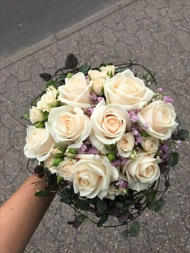 Brudbukett med créme roser och brudslöja afslutad med hjärtranka