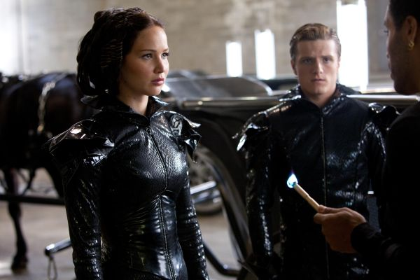 Fantásticos los trajes de la ceremonia de apertura de Katniss y Peeta. Makovsky diseñó monos ajustados de un tejido elástico novedoso y charol, en negro simulando el color del carbón