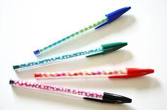 Fini le bullage intensif des vacances, la rentrée scolaire pointe le bout de son nez... Alors pour mettre un peu de fantaisie dans les fournitures scolaires, voilà un petit DIY très rapide pour customiser de simples stylos à bille.