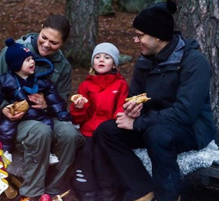 Christmas Greeting from the Crown Princess Family of Sweden. Crown Princess Victoria and Prince Daniel, with their children Princess Estelle and Prince Oscar. - December 2016.