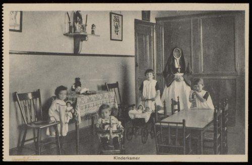 Kinderkamer van het rooms katholieke Maagdenhuis Spui 21. Uitgave Brinio, Rotterdam. kaart ca 1920 Collectie Stadsarchief Amsterdam #NoordHolland #Amsterdam #wezen #katholiek