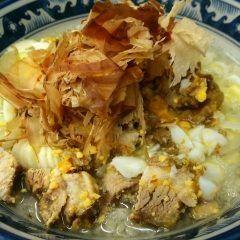 美味しいものは糖質と脂で出来ているいいえ違います じつは美味しいと感じてしまうものの殆んどは 麺とスープで出来ているのです そもそも美味しかろうが不味かろうが人間が1回の食事で摂取する成分の大半は糖質と脂質でそれが美味しいか否かは別問題です そして現代日本人が最も好む国民食のつがラーメンですよね 世の中ダイエットやらデトックスやらメタボリックやらヘルシーフードやら健康志向な風潮が席巻しながらもやっぱり根強い人気のラーメン どうしても食べてしまう意思の弱い人達や将来の事なんか考えもしない無鉄砲な若者達さらには〆の一杯を喰わずに家路に着けるかこのカロリーは酒と一緒にトイレに流れるんじゃーと言った方達を食い物にしてラーメン屋さんは成り立っております ありがたや(ω) じゃあ思いきってそう言う方達に人間辞めませんか そう語りかけてくるものを突きつけたらどうなるのか これはそう言う一杯です もう我慢しなくて良いんだよ 旨味たっぷりの炊き出し塩で仕込んだ昆布塩ダレにすっきりとした鶏ガラスープを流し込みそこに平打ち麺を泳がせたらすかさず怒濤の背脂チャッチャ…