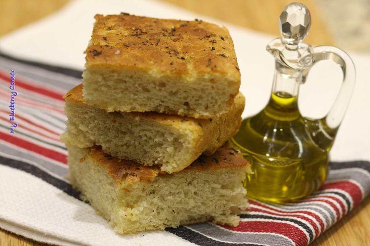 Ciasto na focaccię jest podobne do ciasta na pizzę, ale nie wymaga tak długiego wyrabiania i wyrastania. Rozmaryn cudownie wyostrza smak placka. Focacciaz tego przepisu wychodzi jak we włoskiej restauracji. Pamiętajcie, żeby podawać pokrojony placekz oliwą z oliwek, najlepiej niefiltrowaną. To najlepszy zestaw. Porcja na blachę o wymiarach 35 x 39 cm Składniki: Zaczyn:  50 g drożdży 2 łyżeczka cukru 2 łyżeczki mąki 200 ml letniej wody  Ciasto:  900 g mąki pszennej typ 550 2 łyż...