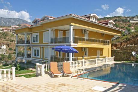 Manzara  De vakantiewoning Manzara is gelegen in het plaatsje Kargicak ook wel de villawijk van Alanya genoemd in het Taurusgebergte een rustige en groene omgeving. Er is een prachtig uitzicht op de Middellandse Zee Mahmutlar en Alanya. 'Manzara' maakt onderdeel uit van een kleinschalig complex van 2 villa's met elk 4 woningen. In totaal dus 8 vakantiewoningen die een gezellige tuin en een ruim zwembad delen. In de directe omgeving van de vakantiewoning bevindt zich een aantal villas en…