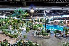 Montreal Hotels: Holiday Inn Montreal Aeroport- Airport Hotel in Montreal, Quebec - piscine et restaurant dans le milieu de l'hôtel