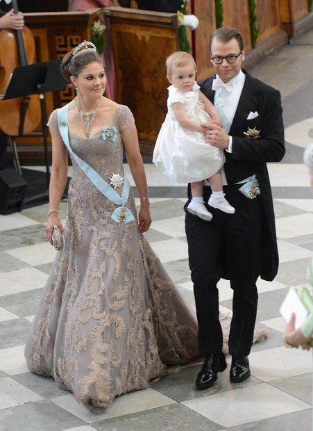 Adelshochzeit: Prinzessin Victoria und Prinz Daniel gehen mit Prinzessin Estelle zu ihren Plätzen.