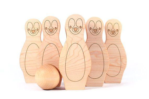 Een klassieke houten bowlingspel met een pinguïn twist! Handgemaakt van prachtige esdoorn hardhout, is dit de perfecte speelgoed Bowlen set voor peuters oefenen hand-oog en rechter afstand. Veilig voor alle leeftijden, aanbevolen voor kinderen 18 maanden en ouder. SET OMVAT: + zes pinguïn pinnen (5,75 x 2.5 elke) + één 2 bal + USA-en-klare Cardigan voor opslag en reis + 1-6-pins personaliseren PERSONALISEER HET Als u personaliseren van één of meer pinnen wilt, vertellen ons de naam/nam...