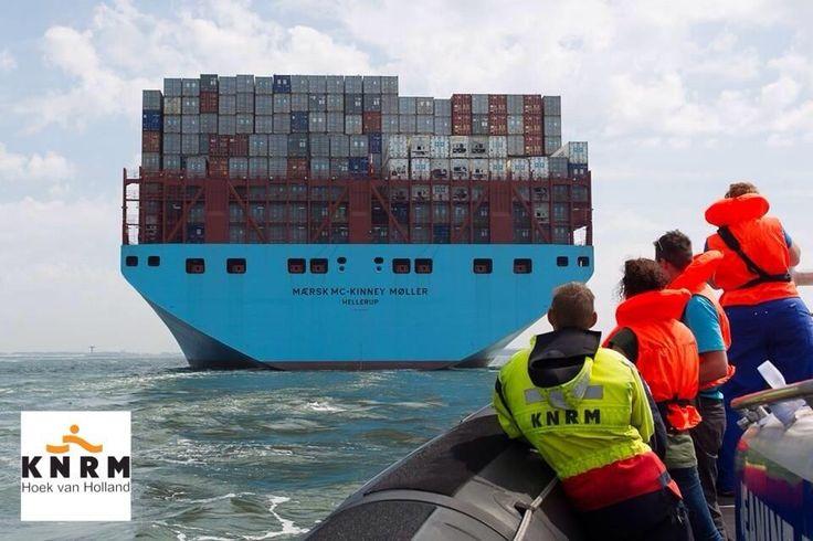 KNRM Hoek v. Holland @KNRM_HvH Vandaag kwam het grootste containerschip van Maersk op bezoek! Reden genoeg om er als @knrm bij te zijn!