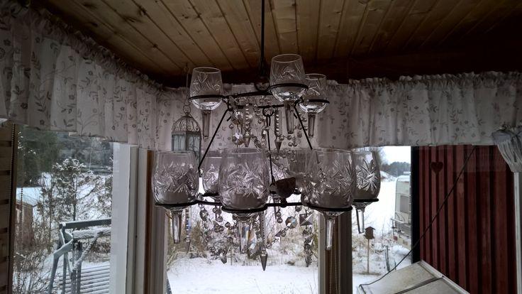 Vanhat rikkoutuneet kristallilasit tuikkukuppeina.