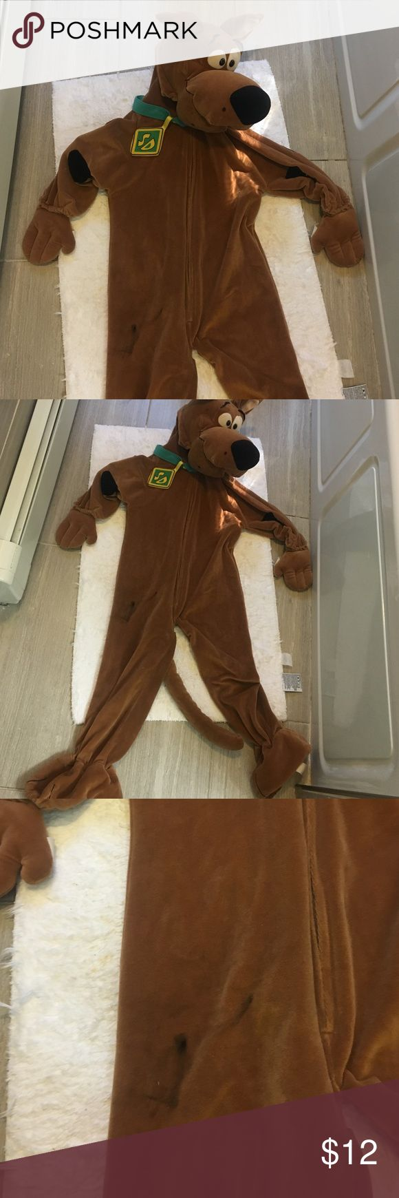 🎈SALE🎈Scooby doo kids costume Fits 4-6 it has some stain as show in a picture and has a hole between the legs not noticeable. Stain may come out if wash. This is the reason why it is price so low!! Cartoon networt Costumes