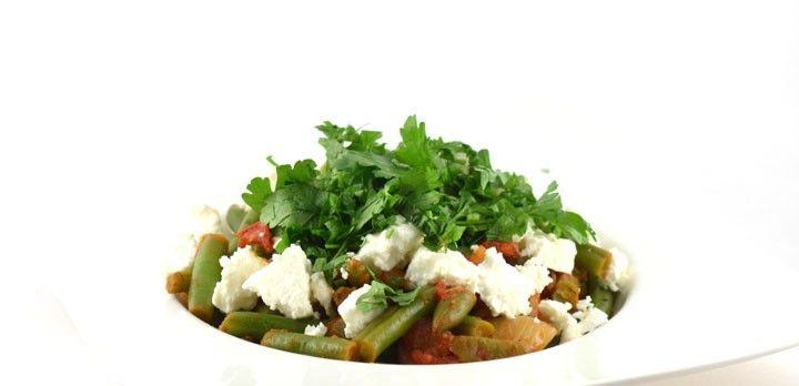 """Fasolakia Giaxni is een """"duur"""" woord voor groene bonen in tomatensaus  . Het is een, heel snel te bereiden, Grieks recept. Superlekker en erg gezond!"""