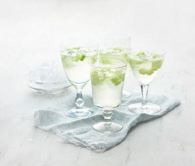 Läskande lemonad med citron och gurka. Enkel att svänga ihop och precis sådär lagom sötsyrlig. Drick den som måltidsdryck eller servera med is en varm sommardag!