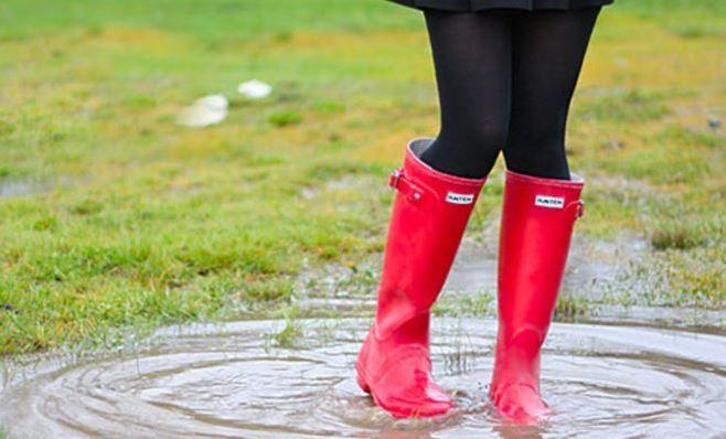 SOUND: http://www.ruspeach.com/en/news/9574/     Резиновые сапоги - это обувь предназначенная для защиты ног от воды, влаги и грязи. Прототипом первых резиновых сапог были сапоги индейцев Южной Америки. Они заходили по колено в сок каучукового растения и латекс застывал у них на ногах