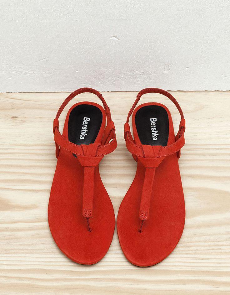 Sandálias rasas nó. Descubra esta e muitas outras roupas na Bershka com novos artigos cada semana