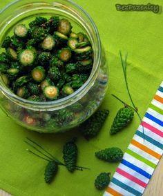 Syrop z zielonych szyszek sosny. Jeśli robimy mniejsza ilość to na 200g szyszek dajemy 250g cukru.