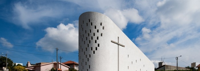 Designed by Póvoa de Varzim based practice Portuguese firm e|348 Arquitectura the chapel in Sousanil, Portugal is a physical testament honoring Santa Ana. Located on a triangular plot of land, the small chapel grows from the site like a piece of sculpture