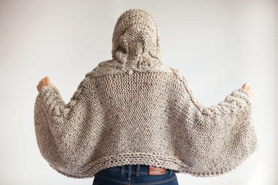Este capalet es de mano con cable knit del patrón. Está hecho con hilo de alpaca. Tiene una capilla. Usted puede usarlo en sus tapas o en capas. Es muy