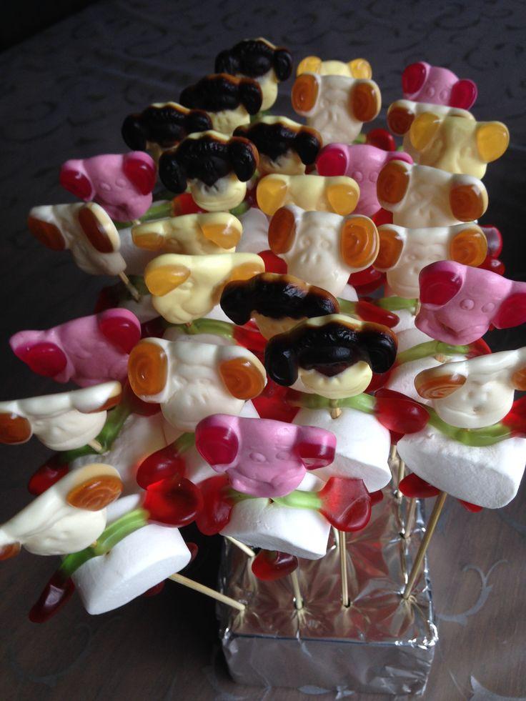 Traktatie (glutenvrij)gemaakt van marshmallows (Frisia) kersen (Haribo) en apenkoppen (Katja)