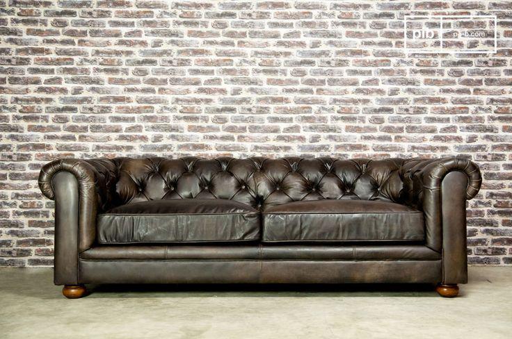 Un sofá vintage, de cuero envejecido que tiene un aspecto degradado, combinado con sus patas, diseñadas con roble macizo y barnizado hacen de este sofá único.