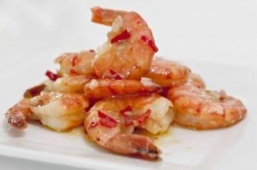 Heta räkor chili & vitlök Förberedd och wooka upp dem snabbt när gästerna kommit. Tänk bara på att följa tigeräkor som inte är producerade på ett sådant sätt att det drabbar miljön  Ingredienser till 6 portioner 1 kg tigerräkor, råa med skal 8 st vitlöksklyftor 2 st röda chilifrukter 1/2 dl olivolja 1 dl torrt vitt vin (kan uteslutas) 1 knippa bladpersilja