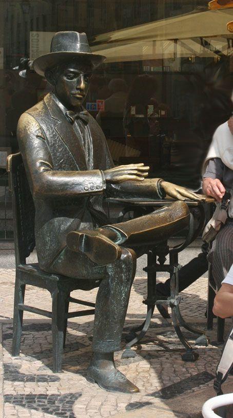 Beliebte Bronzefigur von Fernando Pessoa vor dem Café a Brasileira in Lissabon. - Bronze figure of Fernande Pessoa in front of Café a Brasileira in Lisbon / Lisboa, Portugal. www.claudoscope.eu