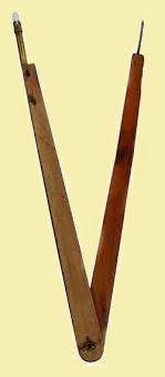 Le grand compas en bois avec son embout craie, que le prof utilisait pour le cours de géométrie