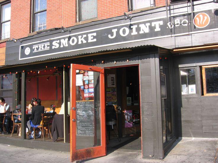 Spiste pølse og makaroni med ost, godt og upretensiøst sted, men altså: Dårlig stil å ha nettverk som heter The Smoke Joint, men så ikke la kundene komme til når alt man vil er å fortelle at man sitter der og spiser.