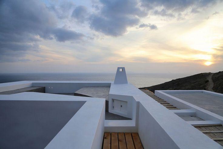 Syrosi rezidencia- a görög építészet és a modern stílus fellegvára!,  #autentikus #család #családi #építészet #görög #Görögország #hagyomány #hagyományos #ház #hegy #kilátás #klíma #kő #környezettudatos #lakás #látkép #mediterrán #mérnök #modern #napsütés #nyaralás #nyaraló #otthon #otthon24 #panoráma #part #projekt #Syros #sziget #szikla #tenger #trend, http://www.otthon24.hu/syrosi-rezidencia-a-gorog-epiteszet-es-a-modern-stilus-fellegvara/