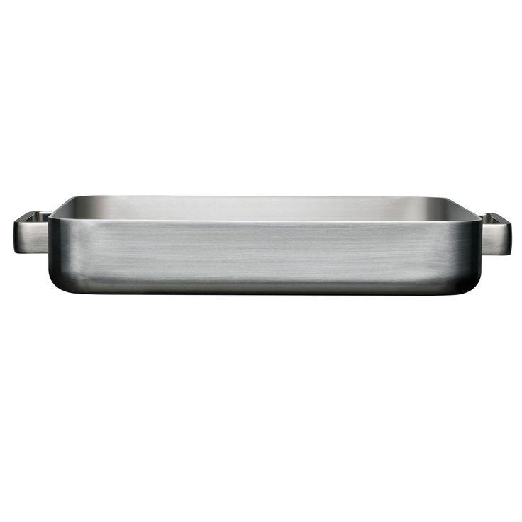 TOOLS - Ofenbräter - Tools Bräter sind in zwei Formaten erhältlich, die sich für alle traditionellen Ofengerichte eignen. Der Tools Bräter passt in die meisten, handelsüblichen Öfen (50 und 60cm).   Die Griffe des großen Bräters befinden sich an der Längsseite, damit man den Bräter beim Herausholen aus dem Ofen besser im Griff hat.