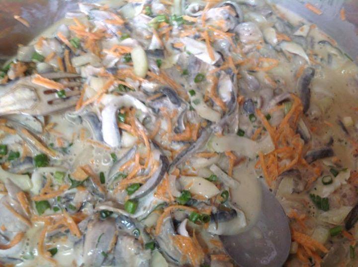 Cuisine de Thierry Esposito  Salade de Sardine au lait de coco  Ingrédients  1 kg de filets de filet de sardine 4 citrons verts 2 tomates 4 oignons vert 2 carottes râpée 200 g de salade verte 1 pouce de gingembre 2 gousses d'ail 6 branches de persil 3 coco à râpé pour le jus 1 cuillère à café de poivre Huile Fleur de sel  Préparation :  Lever les filets de sardine . Enlevez, si besoin est, les arêtes à l'aide d'une pince à épiler. Rincez-les sous l'eau froide puis essuyez-le avec du papier…