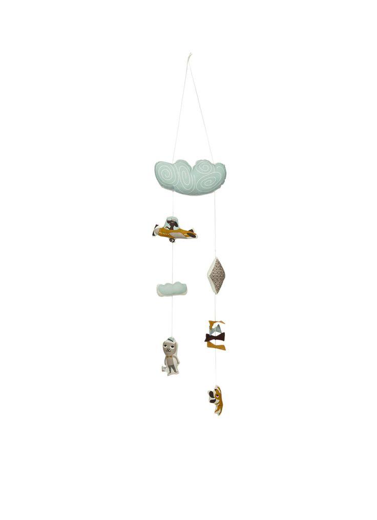 Ferm Living mobiel van biologisch katoen in de vorm van een wolkje. Het wolkje en de andere figuurtjes zijn gevuld met een zachte vulling zodat je kleine hier lekker mee kan spelen en naar kan grijpen. Deze Ferm Living mobiel kan eenvoudig middels een touwtje aan het ledikantje of aan de box bevestigd worden. 32,-