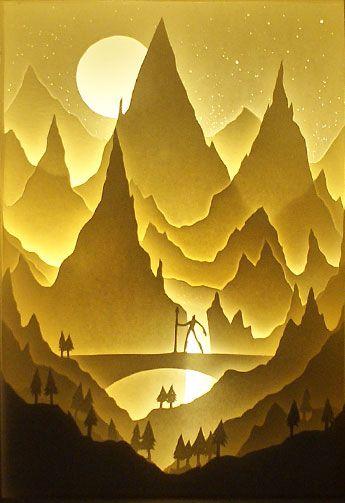 hinterleuchtete Berglandschaft
