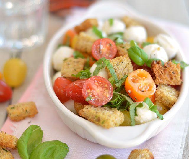 Panzanella is een Italiaanse broodsalade om oud brood op te maken. Het is een heerlijke salade deze Panzanella. Makkelijk om te maken en snel klaar!