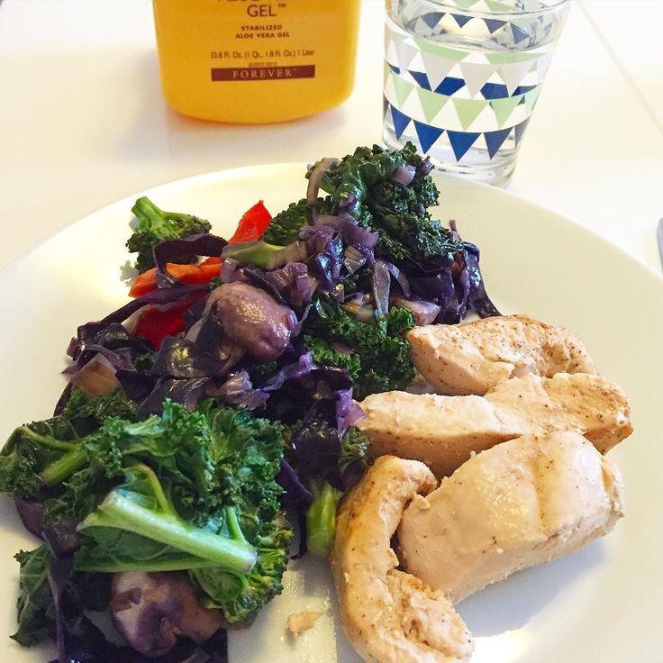 Slängde ihop ugnsstekt kyckling med fräst broccoli rödkål purjolök champinjoner grönkål #middag #dinner #instafood #healthychoices #hälsa #aktivaval #näring #kost #lågkolhydratkost #lågkolhydratkost #lowcarb #protein #kale #glutenfri #laktosfri #kostprogram #träningsprogram #f2 #f1 #c9 #fit #fitness by ninaaloe