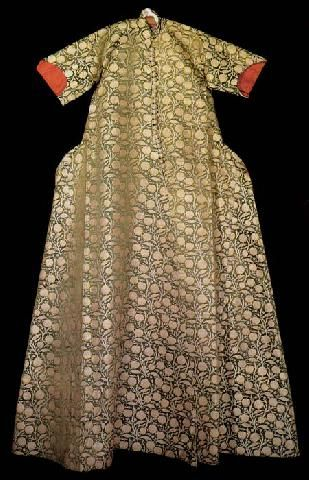 Caftan with short sleeves, associated with Selim II (1566-74). Floral decorations and linings of red silk sinks, 16th century
