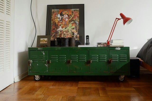armadio spogliatoio riadattato come mobile per il salotto