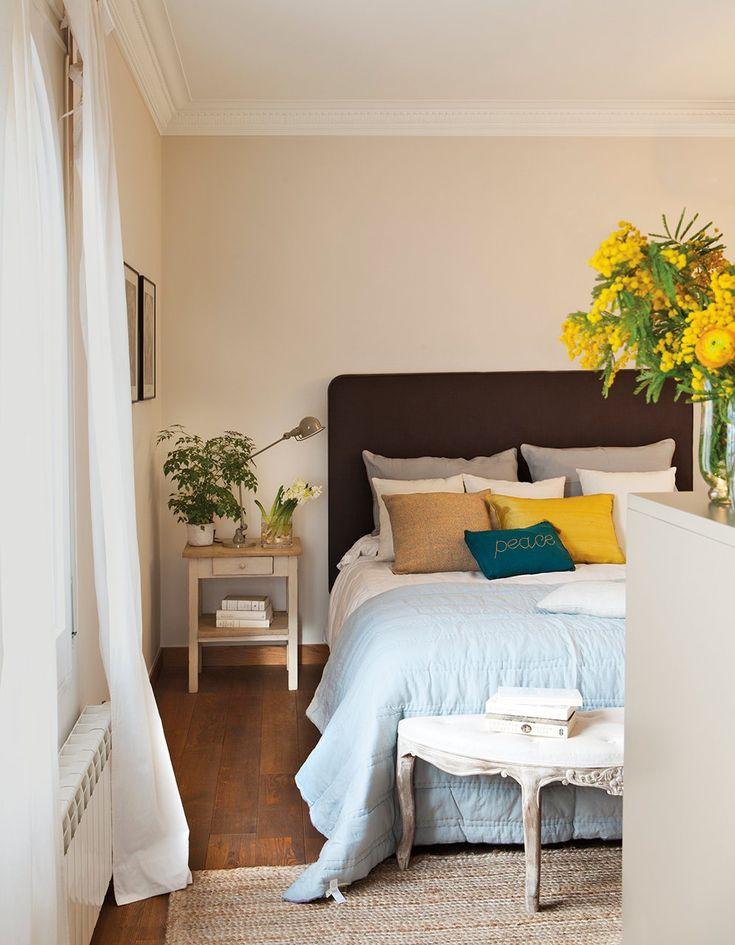 Dormitorio  Mesita de Antic Daviu Quera con lamparita de Avanluce. Ropa de cama de Filocolore.