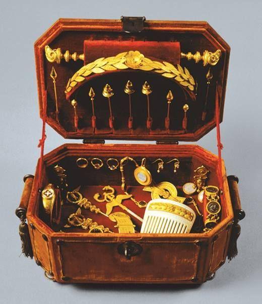 Home Decor Objects :   Illustration   Description   Joyero (con las joyas) de la reina María Pía de Saboya.    -Read More –   - #DecorativeObjects https://adlmag.net/2017/09/25/home-decor-objects-joyero-con-las-joyas-de-la-reina-maria-pia-de-saboya/