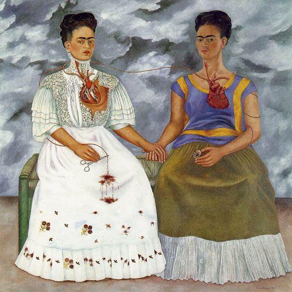 """Frida Kahlo, """"As Duas Fridas"""" (1939).Frida pintou-se como duas em outro quadro, As duas Fridas, de 1939. Mostra-se aqui como uma mulher dividida pela dor lacerante do corpo e da instabilidade de seus relacionamentos, e que ao mesmo tempo é intensa, apaixonada e repleta de esperança. Em seu diário ela ainda acrescenta ''Pinto a mim mesmo porque sou sozinha e porque sou o assunto que conheço melhor.''"""
