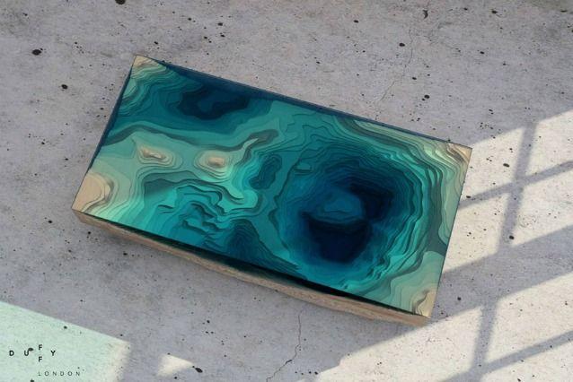 Il designer Christofer Duffy ha realizzato un tavolo che imita gli abissi dell'oceano, 'un rettangolo perfetto sollevato direttamente dalla crosta terrestre'.